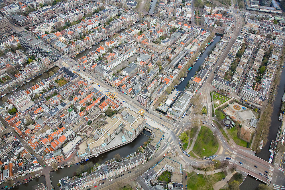 Nederland, Amsterdam, Vijzelgracht, 16-04-2008; diagonaal  de Vijzelstraat overgaand in Vijzelgracht, werkzaamheden aan het toekomstig metrostation, Vijzelgracht kruist onder de Lijnbaabsgracht en gaat over in Weteringcicuit; onder in beeld de Mauritskade, boven in beeld de Prinsengracht; op de hoek met de Prinsengracht Maison Descartes en Frans consulaat (met siertuin); huizenblokkken, daken..luchtfoto (toeslag); aerial photo (additional fee required); .foto Siebe Swart / photo Siebe Swart