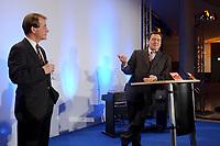 13 JAN 2003, BERLIN/GERMANY:<br /> Franz Muentefering (L), SPD Fraktionsvorsitzender, und Gerhard Schroeder (R), SPD Bundeskanzler, Neujahrsempfang der SPD Bundestagsfraktion, Fraktionsebene, Deutscher Bundestag<br /> IMAGE: 20030113-02-057<br /> KEYWORDS: Gespräch, Franz Müntefering, Gerhard Schröder, Rede