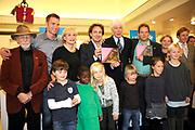 Unicef Ambassadeur Paul van Vliet overhandigt boekaan Marco Borsato.<br /> <br /> Op de foto:  O.A. Paul van Vliet , Marco Borsato , Monique van de Ven en Sipke Jan Bousema , Herman Pieter de Boer