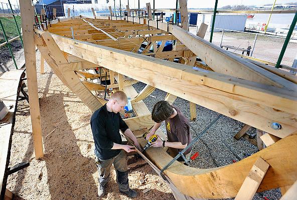Nederland, Millingen aan de Rijn, 25-3-2010Werk aan een kopie van een Romeins schip. De replica wordt in Millingen met traditionele bouwtechnieken  gebouwd, waarna het als rondvaartboot op de Waal zal varen. Deze schepen voeren in de Romeinse tijd op de Rijn en de Waal.Foto: Flip Franssen/Hollandse HoogteFoto: Flip Franssen/Hoillandse Hoogte