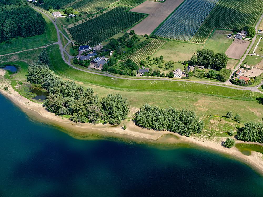 Nederland, Gelderland, gemeente West Maas en Waal; 14–05-2020; Waalbandijk tussen Dreumel en Wamel. In de voorgrond de Vonkerplas. <br /> Waalbandijk between Dreumel and Wamel. In the foreground the Vonkerplas.<br /> <br /> luchtfoto (toeslag op standaard tarieven);<br /> aerial photo (additional fee required)<br /> copyright © 2020 foto/photo Siebe Swart