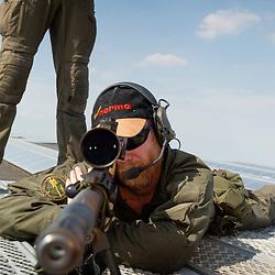 Gendarmes tireurs d'élite de la gendarmerie des transports aériens en position sous un soleil d'été sur un des toits de l'aéroport d'Orly pour sécuriser le transit d'autorités sur le tarmac. Binôme sniper spotter équipé de fusil de précision PGM Ultima Ratio.
