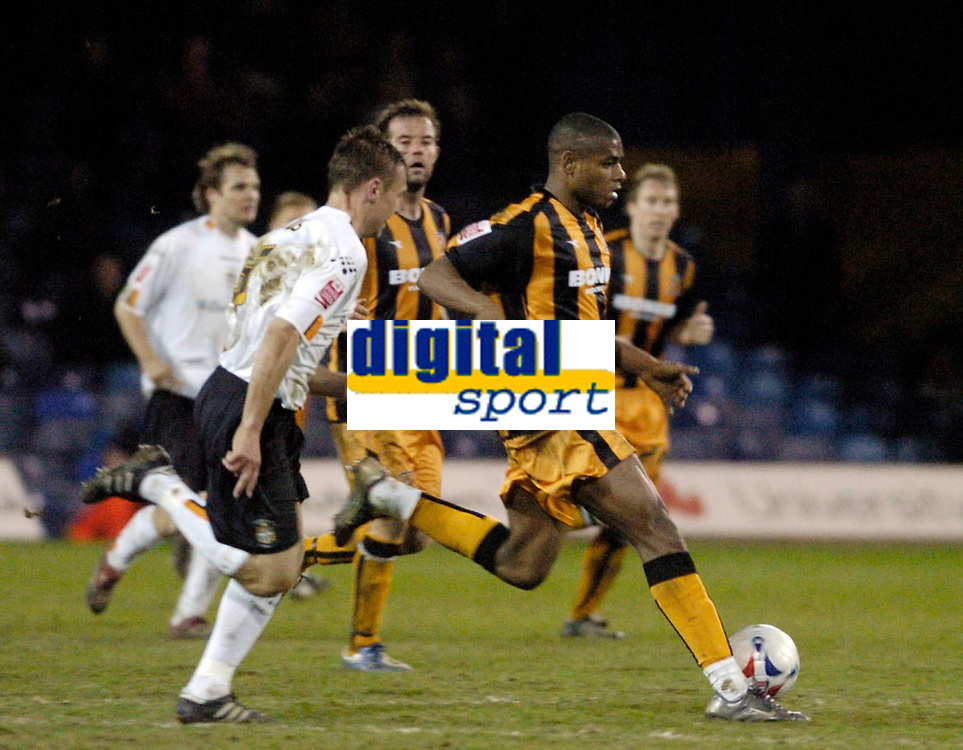 Photo: Leigh Quinnell.<br /> Luton Town v Hull City. Coca Cola Championship. 13/03/2007. Hulls Ricardo Vazte makes a run for goal.