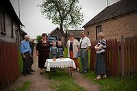 21.05.2011 wies Pawly woj podlaskie N/z prawoslawni mieszkancy wsi w czasie corocznego swieta sw Jana Teologa obchodzonegu tu szczegolnie uroczyscie. Wierni wystawiaja przed domami stoliki, klada na nich chleb i sol, ktore poswiecone przez duchownego maja zapewnic dostatek i pomyslnosc przez nastepny rok fot Michal Kosc / AGENCJA WSCHOD