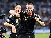 Fotball<br /> VM 2010<br /> Tyskland v Argentina<br /> 03.07.2010<br /> Foto: Witters/Digitalsport<br /> NORWAY ONLY<br /> <br /> Schlussjubel Mesut Oezil, Lukas Podolski (Deutschland)<br /> Fussball WM 2010 in Suedafrika, Viertelfinale Argentinien - Deutschland