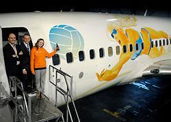 02-02-2012 VOLLEYBAL: TRANSAVIA SPONSOR BEACHVOLLEYBAL: SCHIPHOL OOST<br /> Michel Everaert,  Bram Gräber van Transavia en Michelle Stiekema doopt het gesponsorde Transavia vliegtuig dat met de aankondiging van het EK Beachvolleybal dat eind mei in Scheveningen wordt gehouden, zal rondvliegen.. <br /> ©2012-FotoHoogendoorn.nl