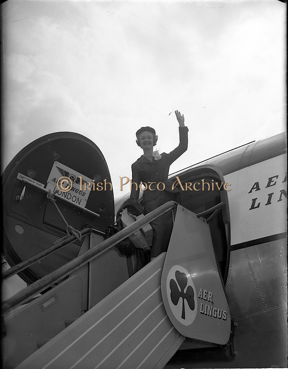 23/05/1956<br /> 05/23/1956<br /> 23 May 1956<br /> Actress Moira Lister leaving Dublin Airport for London. Lister was a South African born, English film, stage and television actress, and writer who did a lot of work with the BBC and was a member of the British Catholic Stage Guild.