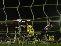 Photo: Andrew Unwin.<br /> Sunderland v Liverpool. The Barclays Premiership.<br /> 30/11/2005.<br /> Sunderland's goalkeeper, Ben Alnwick (L), and Gary Breen (R) combine to deny Liverpool's Peter Crouch (C) his first goal.