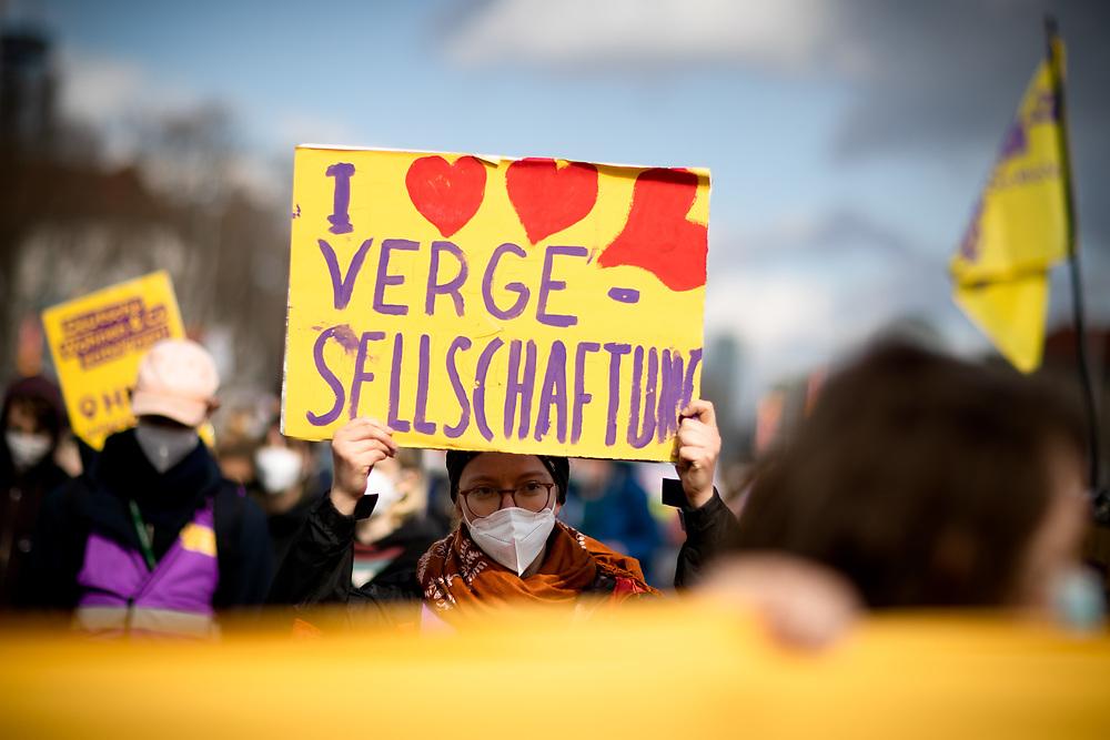 """Mehrere hundert Menschen protestieren am europaweiten """"Housing Action Day 2021"""" in Berlin gegen Verdrängung und für ein Recht auf Wohnen. Die Demonstranten protestieren gegen steigende Mieten und Verdrängung und fordern ein Umwandlungsverbot von Miet- in Eigentumswohnungen, Mietsenkungen und bezahlbaren Wohnraum. Berlin, Deutschland, 27.03.2021.<br /> <br /> [© Christian Mang - Veroeffentlichung nur gg. Honorar (zzgl. MwSt.), Urhebervermerk und Beleg. Nur für redaktionelle Nutzung - Publication only with licence fee payment, copyright notice and voucher copy. For editorial use only - No model release. No property release. Kontakt: mail@christianmang.com.]"""