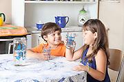 Cuiaba_MT, Brasil...Criancas tomando agua em casa em Cuiaba, Mato Grosso...Children is drinking water at home in Cuiaba, Mato Grosso...Foto: LEO DRUMMOND / NITRO