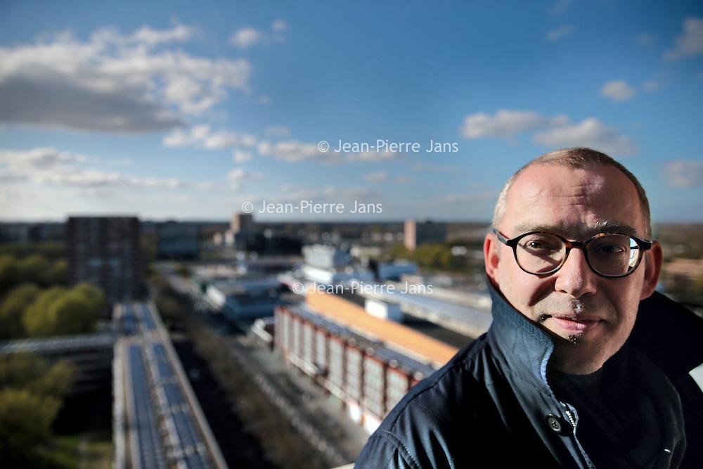 Nederland, Amsterdam , 17 april 2015.<br /> Mark Gerrits vakbondsjurist<br /> Steeds meer kunstencentra, waaronder Venray en Venlo, hebben het financieel moeilijk en ontslaan personeel om ze daarna weer in te huren als zzp'er. Jurist van de vakbond maakt zich boos over deze gang van zaken en behartigt belangen van ontslagen docenten. Close portret van de <br /> <br /> Foto:Jean-Pierre Jans
