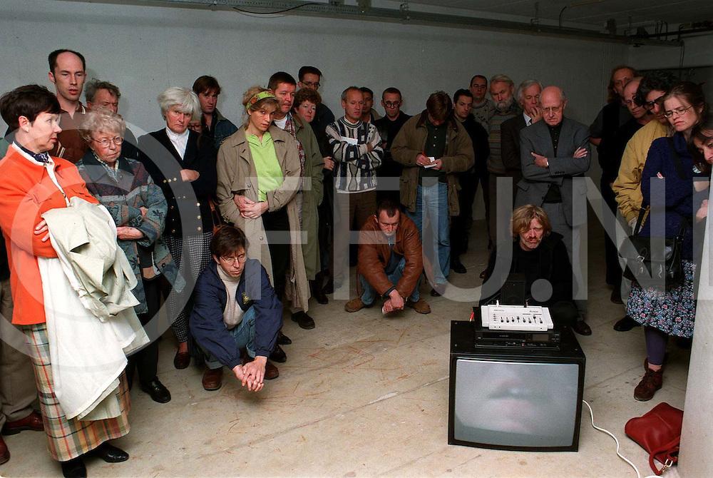 dalfsen openig expositie met video door burgemeester elfers..foto frank uijlenbroek©1996/nico van maanen