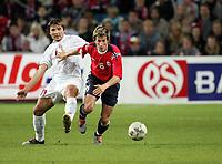Fotball<br /> VM-kvalifisering<br /> Norge v Hviterussland<br /> Ullevaal stadion<br /> 8. september 2004<br /> Foto: Digitalsport<br /> Morten Gamst Pedersen, Norge, og Vyacheslav Hleb, Hviterussland