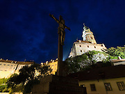 Cesky Krumlov, Krumau/Tschechische Republik, Tschechien, CZE, 26.07.2008:  Die staatliche Burg und das Schloß Cesky Krumlov (Böhmisch Krumau/ Krumau) am abendlichen Moldau-Ufer. Die Hochschätzung dieses Ortes durch inländische und ausländische Experten führte allmählich zur Aufnahme in die höchste Stufe des Denkmalschutzes. Im Jahre 1963 wurde die Stadt zum Stadtdenkmalschutzgebiet erklärt, im Jahre 1989 wurde das Schloßareal zum nationalen Kulturdenkmal erklärt und im Jahre 1992 wurde der ganze historische Komplex ins Verzeichnis der Denkmäler des Kultur- und Naturwelterbes der UNESCO aufgenommen.<br /> <br /> Cesky Krumlov/Czech Republic, CZE, 26.07.2008: The State Castle of Cesky Krumlov, with its architectural standard, cultural tradition, and expanse, ranks among the most important historic sights in the central European region. Building development from the 14th to 19th centuries is well-preserved in the original groundplan layout, material structure, interior installation and architectural detail. Situated on the banks of the Vltava river, the town was built around a 13th-century castle with Gothic, Renaissance and Baroque elements. It is an outstanding example of a small central European medieval town whose architectural heritage has remained intact thanks to its peaceful evolution over more than five centuries.
