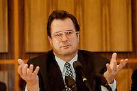"""02 FEB 1998, BONN/GERMANY:<br /> Klaus Kinkel, Budesaußenminister, Pressekonferenz """"Bosnienaufbauhilfe"""", Bundes-Pressekonferenz<br /> IMAGE: 19980202-01/01-29"""