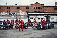 """17.12.2017 Magdeburg, City Rats MfG(Motorad-fahr-Gemeinschaft).<br /> <br /> Seit mittlerweile fünf Jahren treffen sich die City Rats am letzten Sonntag vor Weihnachten, verkleidet als Weihnachtsmänner fahren sie geschlossen auf den Weihnachtsmarkt um den Kindern Süssigkeiten zu überbringen. 13 Motorräder sind es an diesem Tag. """"Das sind natürlich längst nicht alle - viele haben ja nur ein Saisonkennzeichen"""" meint Peter, President der Motorrad fahr Gemeinschaft.<br /> <br /> ©Harald Krieg"""
