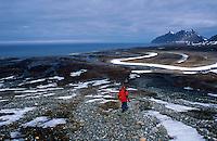 Mann med hagle, rød jakke, North Face, gutt og våpen, jeger, jakt, turgåer, slette, fjell, Svalbard, Spitsbergen, friluftsliv, Prins Karls Forland, man with gun