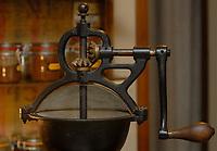 Zdjecie ilustracyjne N/z stary mlynek do kawy w sklepie Pozegnanie z Afryka  fot Michal Kosc / AGENCJA WSCHOD