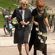 NLD/Amsterdam/20060425 - Uitvaart Sylvia de Leur, Petra Laseur (links)