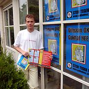 Jaap Rutger Kos met posters tegen komst gokhal in Huizen