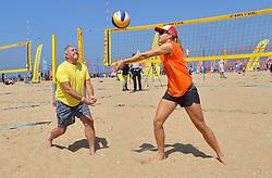 20150627 NED: WK Beachvolleybal day 2, Scheveningen<br /> Nederland heeft er sinds zaterdagmiddag een vermelding in het Guinness World Records bij. Op het zonnige strand van Scheveningen werd het officiële wereldrecord 'grootste beachvolleybaltoernooi ter wereld' verbroken. Maar liefst 2355 beachvolleyballers kwamen zaterdag tegelijkertijd in actie / FIVB President Dr. Ary S. Graça en Laura Bloem