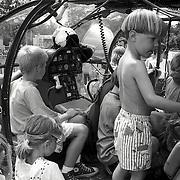NLD/Huizen/19920530 - Slokker waterspektakel 1992 Zomerkade Huizen o.a. het bezichtigen van een helicopter