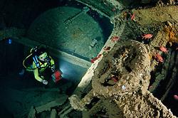 Schiffswrack Dunraven und Taucher im Schiffs Wrack, Shipwreck Dunraven scuba diver inside the ship wreck, Rotes Meer, Ägypten, Red Sea Egypt