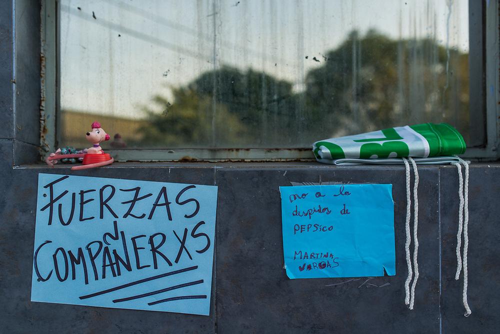 Carteles que apoyan a los trabajadores y las trabajadores de Pepsico contra los despidos y el cierre de la fabrica, Buenos Aires, Argentina, Junio 2017.