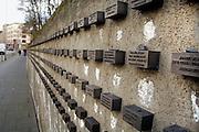Duitsland, Frankfurt, 10-3-2008..In de muur die om de oude joodse begraafplaats loopt zijn duizenden steentjes ingemetseld met daarop namen van in concentratiekampen omgekomen joden tijdens de holocaust,jodenvervolging, tijdens het nazisme van Hitler...Foto: Flip Franssen/Hollandse Hoogte