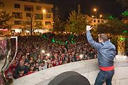 Der Trainer der SC Rapperswil-Jona Lakers, Jeff Tomlinson, laesst sich am Fruehlingsfest Jona feiern, am 27. April 2018 nach der erfolgreichen Saison als Cupsieger, Swiss League Meister und Aufsteiger in die National League, bei der St. Galler Kantonalbank Arena. (Thomas Oswald)