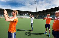 DEN HAAG - HOCKEY - Floris vd Linden, Robert van der Horst en Pirmin Blaak maken foto's. Eerste training van de mannen van Nederland in het Kypocera Stadion op GreenFields kunstgras.  COPYRIGHT KOEN SUYK