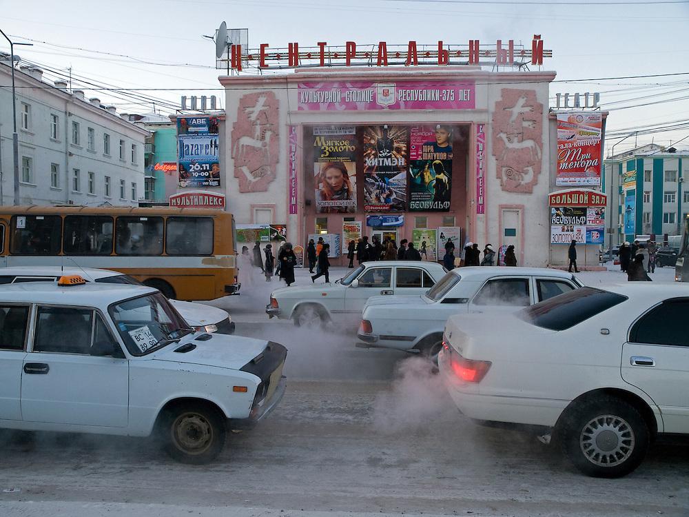 Strassenszene vor dem oertlichen Kino in der Innenstadt von Jakutsk. Jakutsk wurde 1632 gegruendet und feierte 2007 sein 375 jaehriges Bestehen. Jakutsk ist im Winter eine der kaeltesten Grossstaedte weltweit mit durchschnittlichen Winter Temperaturen von -40.9 Grad Celsius. Die Stadt ist nicht weit entfernt von Oimjakon, dem Kaeltepol der bewohnten Gebiete der Erde.<br /> <br /> Street scene in front of the local cinema in the city center of Yakutsk. Yakutsk was founded in 1632 and celebrated 2007 the 375th anniversary - billboard announcing the celebration. Yakutsk is a city in the Russian Far East, located about 4 degrees (450 km) below the Arctic Circle. It is the capital of the Sakha (Yakutia) Republic (formerly the Yakut Autonomous Soviet Socialist Republic), Russia and a major port on the Lena River. Yakutsk is one of the coldest cities on earth, with winter temperatures averaging -40.9 degrees Celsius.