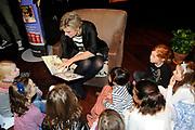 Presentatie van de Douwe Egberts Sinterklaasboeken in de Openbare Bibliotheek Amsterdam. <br /> <br /> Op de foto:  Prinses Laurentien leest voor