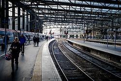 Passengers leave a Virgin express passenger train arriving at Glasgow Central Station from London Euston<br /> <br /> (c) Andrew Wilson | Edinburgh Elite media