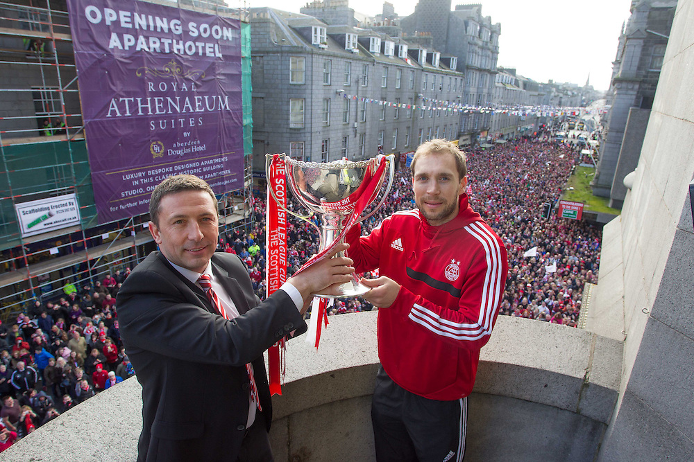 ABERDEEN FC OPEN TOP BUS PARADE THROUGH THE CITY TO CELEBRATE THE CLUBS LEAGUE CUP WIN. RUSSELL ANDERSON AND DEREK MCINNES<br /> PIC DEREK IRONSIDE / NEWSLINE MEDIA