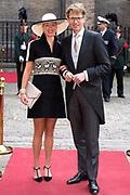 Prinsjesdag - Aankomst politici bij de Ridderzaal. Zoals ieder jaar ging Prinsjesdag ook dit keer weer gepaard met hoedjes in allerlei soorten en maten.<br /> <br /> Op de foto / On the photo: <br />  Sander Dekker en partner