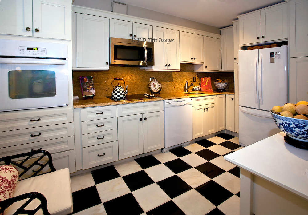 Newly remodelled kitchen (2010)  in an apartment building of the 1980s, in Virginia. White decor and appliances, with black-and-white checkered floor.