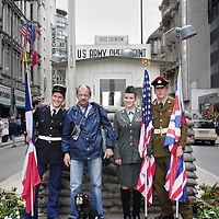 Berlijn, 14 mei 2005. Een toerist met hond poseert samen met mensen in een Frans, een Engels en Amerikaans uniform. A tourist poses with a dog in French, one British and American people in uniform.