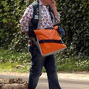 NLD/Blaricum/20070419 - Paul de Leeuw wachtend en telefonerend