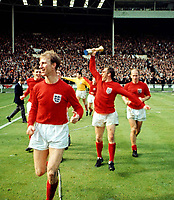 Fotball<br /> VM 1966<br /> Foto: Colorsport/Digitalsport<br /> NORWAY ONLY<br /> <br /> Ray Wilson (Centre) celebrates with the trophy. Jackie Charlton (left) and Bobby Charlton (right). World Cup Final 1966 Wembley. England v West Germany