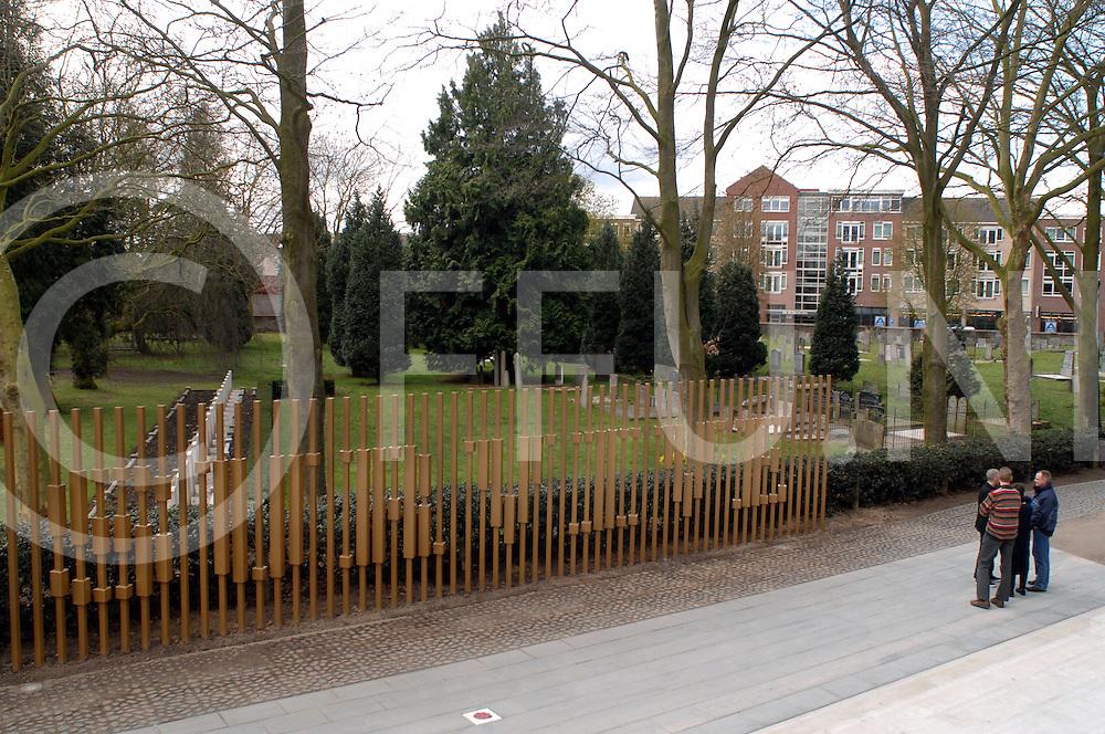 080416 hardenberg ned..Officiele onthulling van kunstwerken in en rond het LOC...Foto van het kunstwerk I Will Survive tussen het LOC en de begraafplaats...ffu press agency©2008 michiel van de velde..