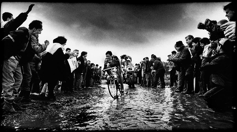 Frankrijk, 26 km voor Roubaix, 10 april 1994.<br /> Wielrennen, Klassieker.<br /> Parijs-Roubaix.<br /> Andrei Tchmile 26 km voor de finish op weg, door de blubber, naar de overwinning.<br /> Foto:Klaas Jan van der Weij.