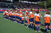 AMSTELVEEN - Opkomst van de speelsters  met de mascottes    voor   de Pro League hockeywedstrijd dames, Nederland-Australie (3-1) COPYRIGHT  KOEN SUYK