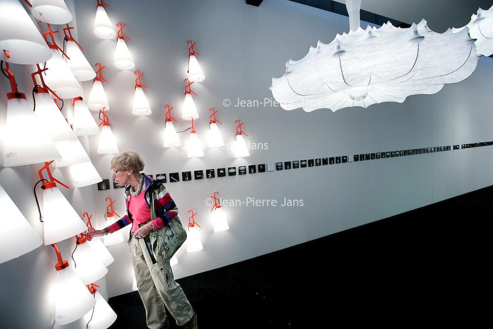 Nederland,Amsterdam ,30 september 2008..n de Amsterdam RAI begint dinsdag de Woonbeurs Amsterdam. De inmiddels zestiende editie duurt tot en met 5 oktober. De beurs toont aan de hand van verschillende sferen en stijlen wat de nieuwe trends voor de woninginrichting zijn. .Op de foto:.Bezoekers tijdens de Woonbeurs 2008 bekijken, betasten en bewonderen de vele meubels en andere interieurproducten op de talrijke meubelstands.