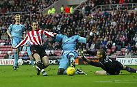 Fotball<br /> England 2004/2005<br /> Foto: SBI/Digitalsport<br /> NORWAY ONLY<br /> <br /> Sunderland v West Ham United<br /> Coca-Cola Championship, Stadium of Light, Sunderland 04/12/2004.<br /> <br /> West Ham's goalkeeper, Stephen Bywater (R), and Darren Powell (C) combine to keep out Sunderland's Stephen Elliott (L).