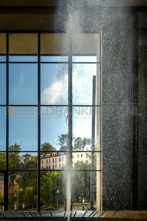 20-09-2015: Stadscentrum in Karlovy Vary (Karlsbad), Tsjechië. Foto: Fontein van het geneeskrachtige bronwater