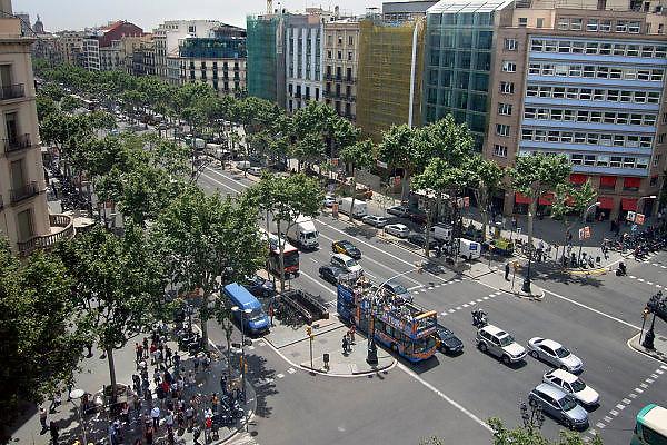Spanje, Barcelona, 27-5-2007..Uitzicht vanaf het dak van Casa Mila, La Pedrera, een huis naar een ontwerp van Antonio Gaudi, op de Passeig de Gracia. Een toeristenbus komt voorbij...Foto: Flip Franssen