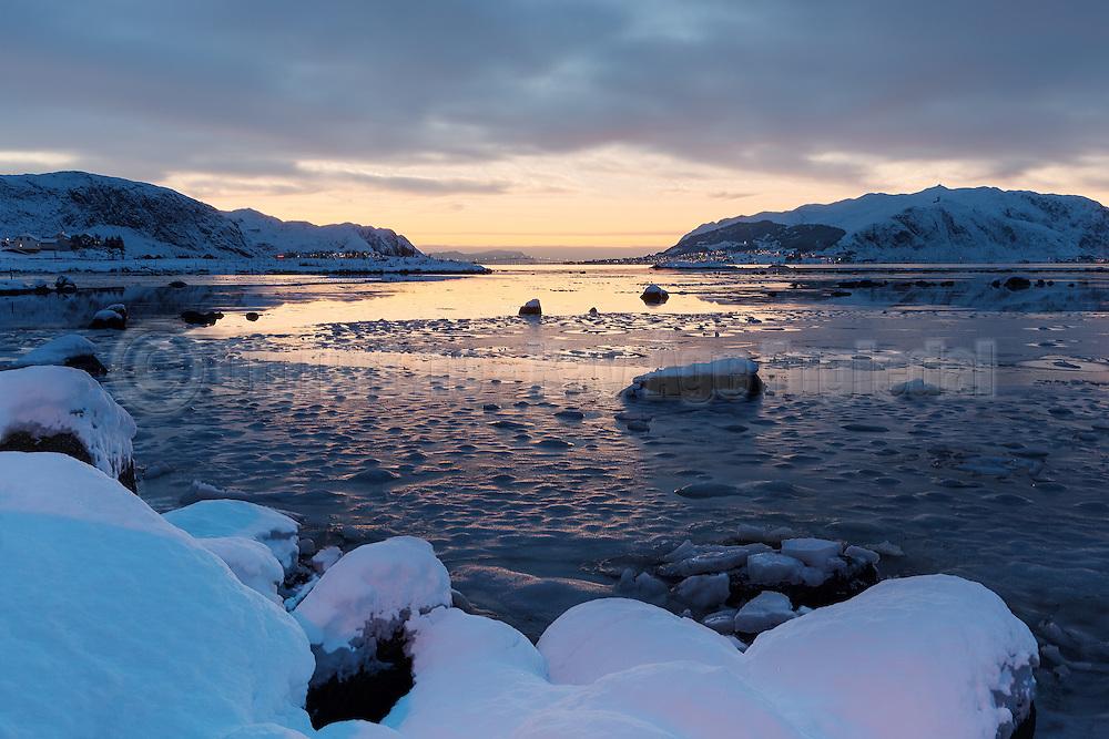 Winter mood at Voldsund, nearby Fosnavåg, Norway | Vinterstemning i fjøra på Voldsund.