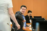 03 JUN 2020, BERLIN/GERMANY:<br /> Hubertus Heil (R), SPD, Bundesarbeitsminister, bietet  Franziska Giffey (KL), SPD, Bundesfamilienministerin, den Ellenbogen zum Gruss an, vor Beginn einer Kabinettsitzung, zu Umsatzung der Abstandsregeln im Internationalen Konferenzsaal, Bundeskanzleramt<br /> IMAGE: 20200603-01-007<br /> KEYWORDS: Corvid-19, Corona, Kabinett, Sitzung