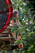 Nederland, Beuningen, 27-6-2020  Marike Jager gaf gisteren een corona-proof optreden in de tuin van het voormalig klooster waar ze woont. Vanwege de afgelasting van speelmogelijkheden zijn veel muzikanten en andere publieks-artiesten genoodzaakt op andere manieren hun ding te doen...Het was weliswaar voor maar 30 mensen, maar een goed uitgevoerd en gezellig concert.Foto: Flip Franssen